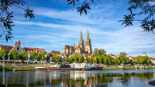 Regensburger Dom St. Peter und Museumsschiff Fototapet