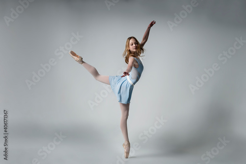 Fotografia Ballet Dancing Against Gray Background