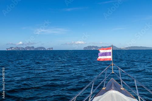 Bateau en direction de l'île de Ko Phi Phi, Thaïlande Fotobehang