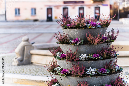Fotografia Beautiful tower flowerbed with succulent plants and flowers