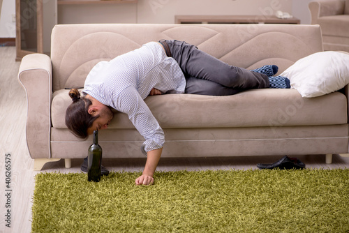 Canvastavla Young drunk man suffering at home