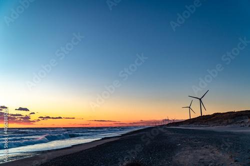 Fotografia 静岡県御前崎市の浜岡砂丘・海沿い浜辺の日没時の風力発電機群