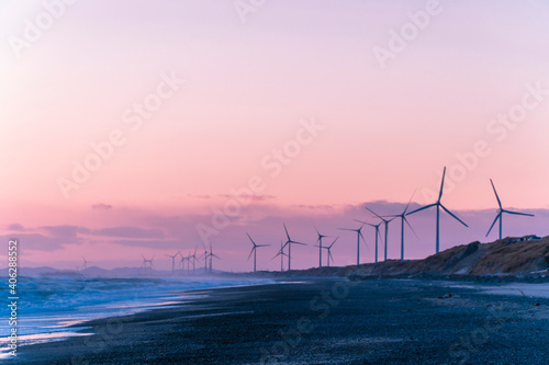 Papel de parede 静岡県御前崎市の浜岡砂丘・海沿い浜辺の日没時の風力発電機群