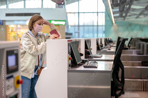 Fotografia Side View Of Woman Wearing Mask Standing At Departure Counter