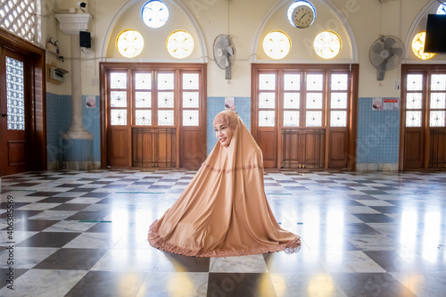 Canvas Happy attractive muslim woman travel in Pattani province, posing in courtyard of mosque