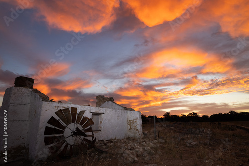 Fotografija Stunning sunset at first settlers Perry's Cottage in Wanneroo, Perth, Western Au