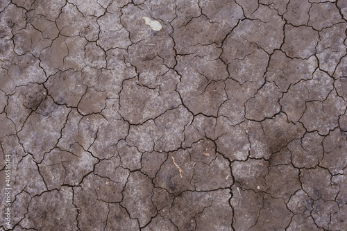 Fotografía A bird's-eye close-up photo of the dried and cracked soil symbolizing the drought and lack of water on earth