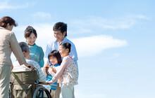 車椅子に座るシニア男性と笑顔の家族