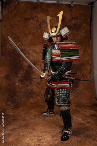 Foto Samurai japonés, hombre con armadura, japonés con espada, lucha