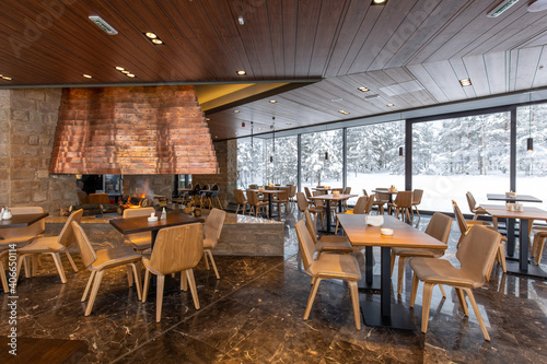 Photo Interior of an empty mountain restaurant with fireplace