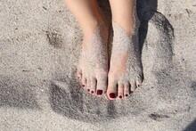 Mujer Con Los Pies Llenos De Arena En La Orilla De La Playa