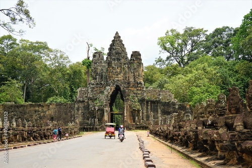 Fotografía Row of demons statues in the South Gate of Angkor Thom complex, Siem Reap, Cambo