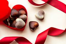 ハート型のチョコレートと赤いリボンのバレンタインデーのイメージ