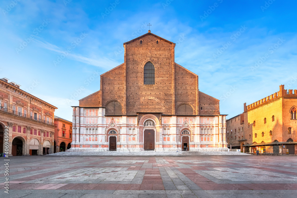 Fototapeta Bologna, Italy. View of Basilica di San Petronio on sunrise