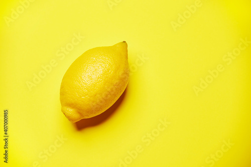 Single fresh raw clean yellow whole one alone diagonally oriented ripe lemon iso Poster Mural XXL