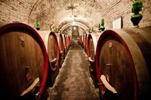 Due Ile Di Botti Di Vino Riposano Nelle Cantine Toscane