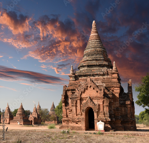 Fototapeta view to the ruins at the valley of Bagan with its ancient buddhist pagodas, Myan