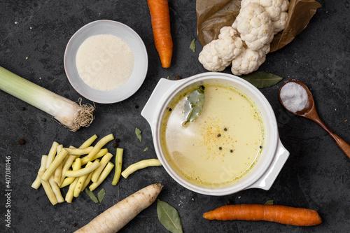 Fototapeta Zdrowy posiłek. Dietetyczna zupa z kalafiorem na obiad obraz