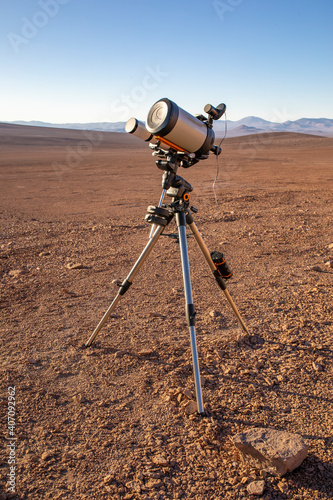 Valokuva An amateur telescope setup equipment over the sand at Atacama Desert