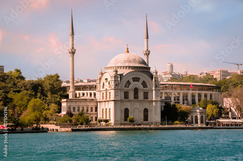 Canvas Sunset view on the bank of Bosporus Strait with Dolmabahce Mosque in Beyoglu dis