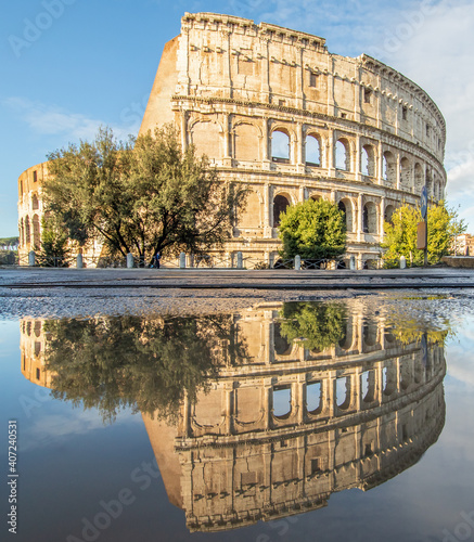 Carta da parati Rome, Italy - in Winter time, frequent rain showers create pools in which the wonderful Old Town of Rome reflect like in a mirror
