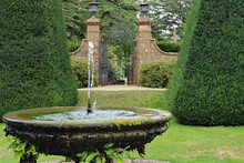 DORCHESTER, DORSET, UK - AUGUST 21ST 2020: A Fountain And An Ornamental Pool Stands In The Formal Garden Of An English Stately Home