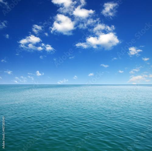 Niebieska powierzchnia wody morskiej