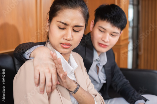 businesswoman push hand businessman off shoulder hers from trespass Fototapet