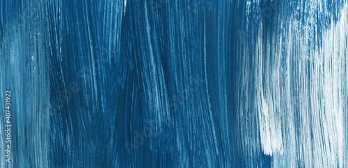 tlo-jest-pomalowane-na-niebiesko-i-bialo-faktura-rozmazu-farba-jest-prawdziwa