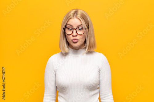 Fotografia blonde woman looking goofy and funny with a silly cross-eyed expression, joking
