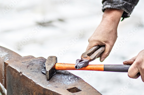 Fotografia A blacksmith man forge a horseshoe on an anvil