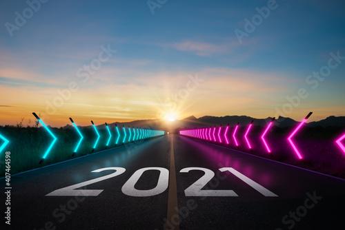 Nowy rok 2021 lub zacznij prostą koncepcję. Słowo 2021 napisane na drodze i neonowe światło asfaltowej drogi o zachodzie słońca. Koncepcja planowania i wyzwania lub ścieżka kariery, strategia biznesowa, szansa i zmiana
