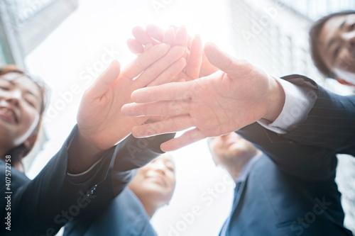 手を重ねるビジネスチーム Fototapet