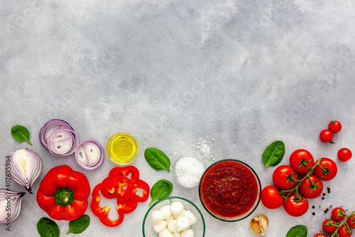 Fotografia Ingredients for homemade pizza with ingredients sweet basil, tomato, garlic, pep