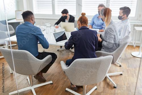Business Leute an einem Tisch im Konferenzraum © Robert Kneschke