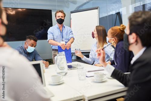 Fototapeta Consulting Mann mit Mundschutz wegen Covid-19