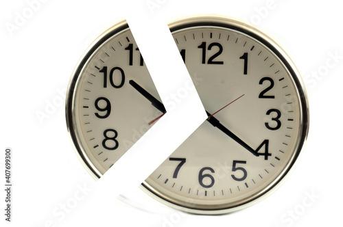 Photo Concept de temps partiel avec une horloge fractionnée sur fond blanc