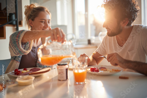 Photographie Happy couple having breakfast together