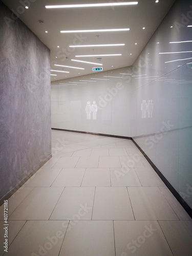 Access to the toilet with male and female figures on the marble wall Fototapeta