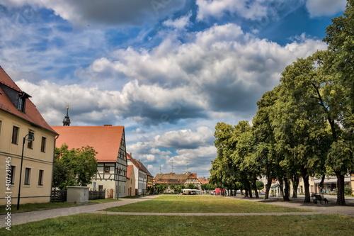 annaburg, deutschland - marktplatz mit baumallee © ArTo