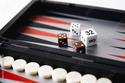 Foto backgammon board and pieces on a white background