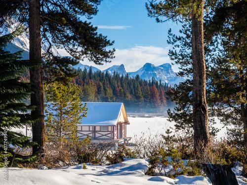 Beautiful winter view of Maligne Lake Boathouse, in Jasper National Park, Canada Fototapete