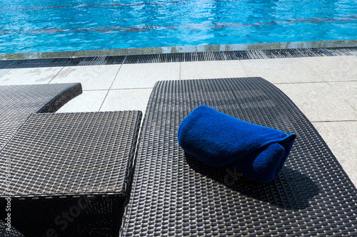 Tela Selective focus of Rolled up  of blue towels on sunbeds by poolside