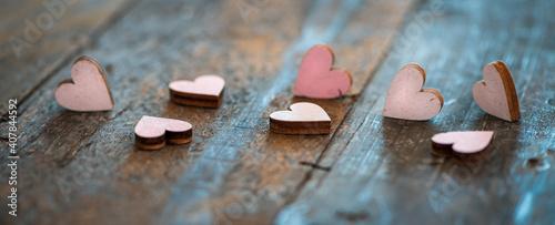 Obraz na plátně Banner / header Holzherzen auf rustikalem Holzuntergrund - Konzept Valentinstag, Hochzeit, Muttertag ect