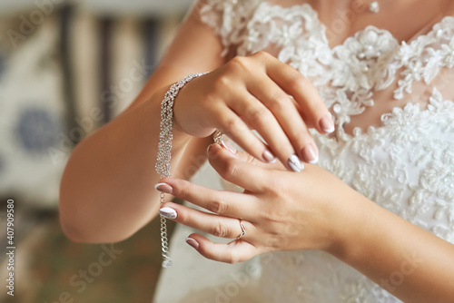 Tablou Canvas the bride fastens a luxurious bracelet made of crystals and rhin