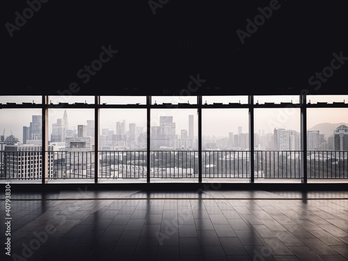 Foto Beautiful city view from the hall of a building on an upper floor