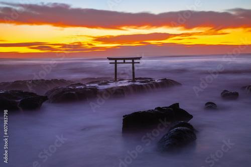 Valokuva 大洗磯崎神社(神磯の鳥居)の神秘なる静寂の夜明け