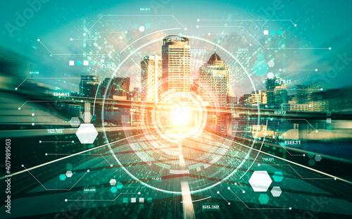 Technologia inteligentnego miasta z futurystyczną grafiką cyfrowego przesyłania danych. Koncepcja komunikacji internetowej komputera i technologii sieci informacyjnej.