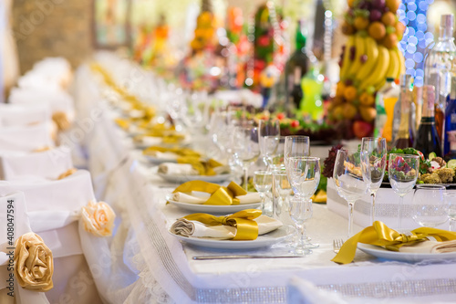 Photographie Large banquet table with server dishes in the restaurant