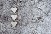 Coeurs En Bois Sur Le Coté Et Fond Texturé Gris Grunge - Arrière Plan Pour La Saint-Valentin